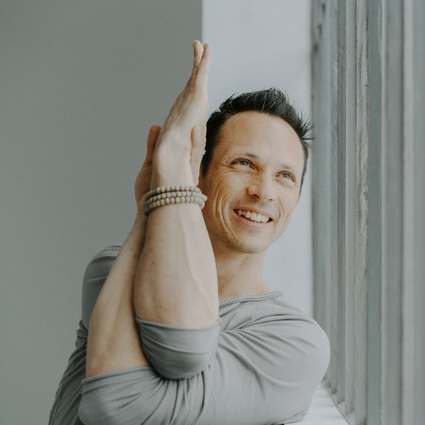 """Stage de yoga """"Prendre soin de son dos"""" avec Julien Levy du 6 au 7 février 2021"""